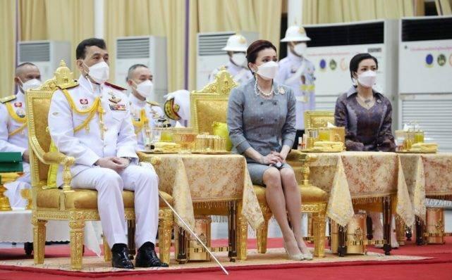 """泰国王室""""铁三角""""时隔5个月再亮相!苏提达瘦了,诗妮娜更惊艳"""