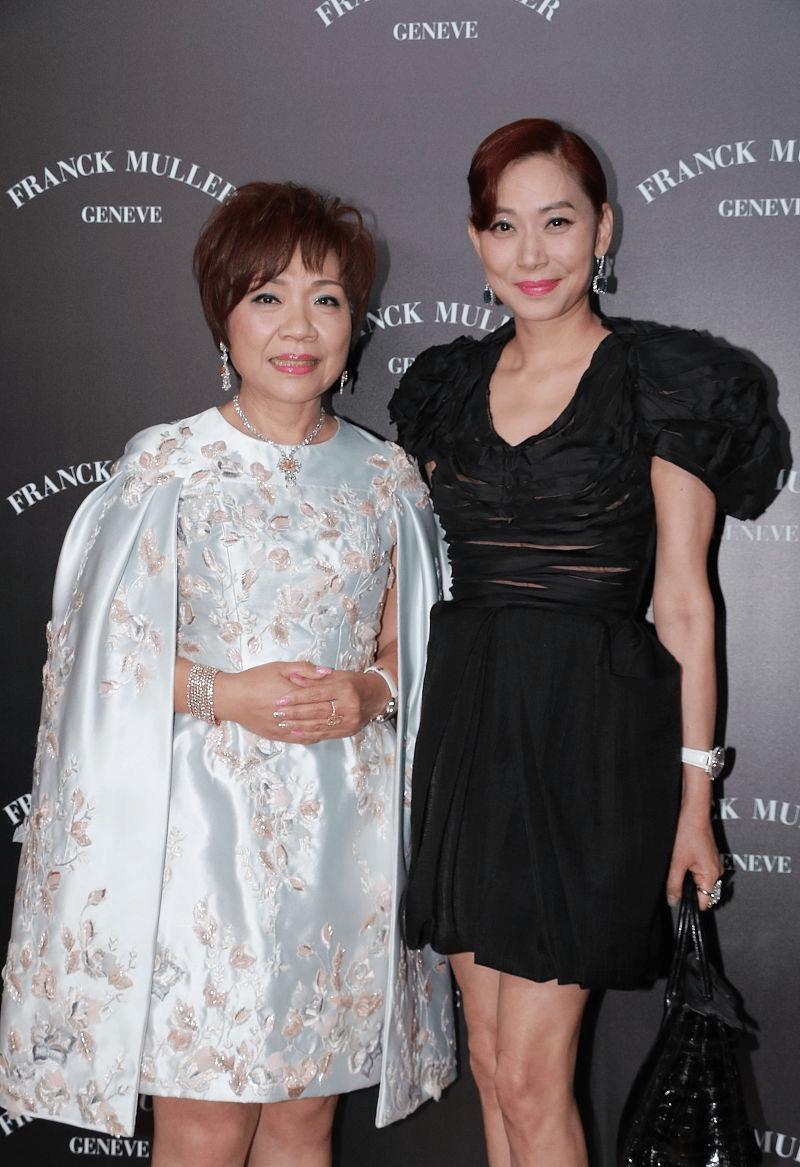 女首富朱李月华都63岁了,可气色仍然不错,穿刺绣裙比明星还抢眼