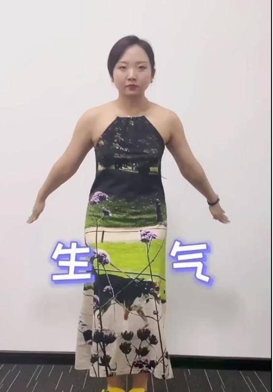 """辣目洋子无视微胖身材,穿紧身裙晒自拍照,肉都有点""""溢出来""""了"""
