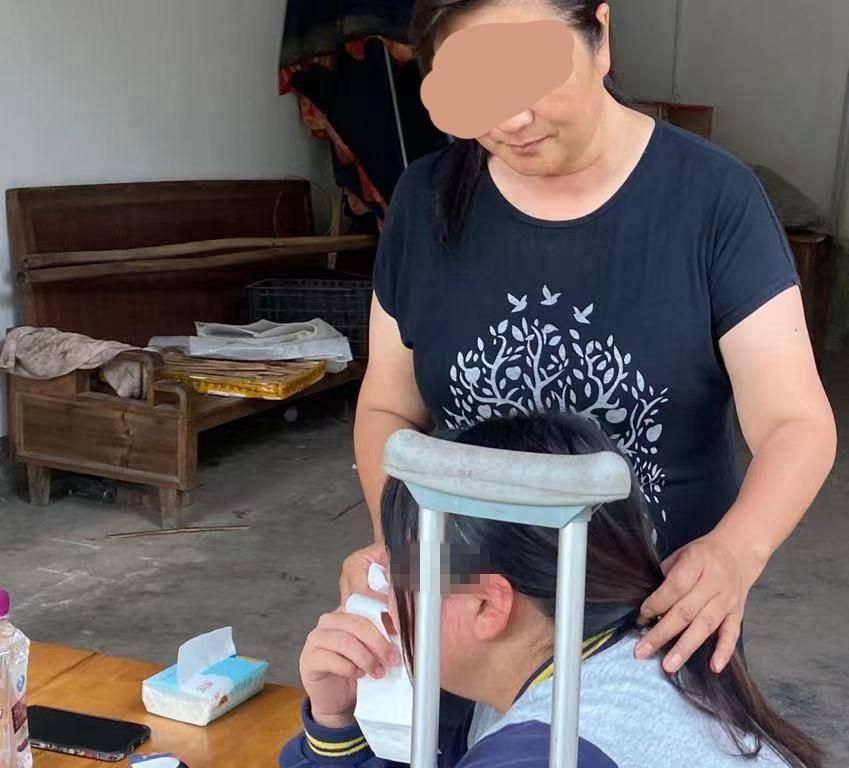 欺凌!13岁女孩被罚下蹲,致10级伤残:老师旁观让使劲整!