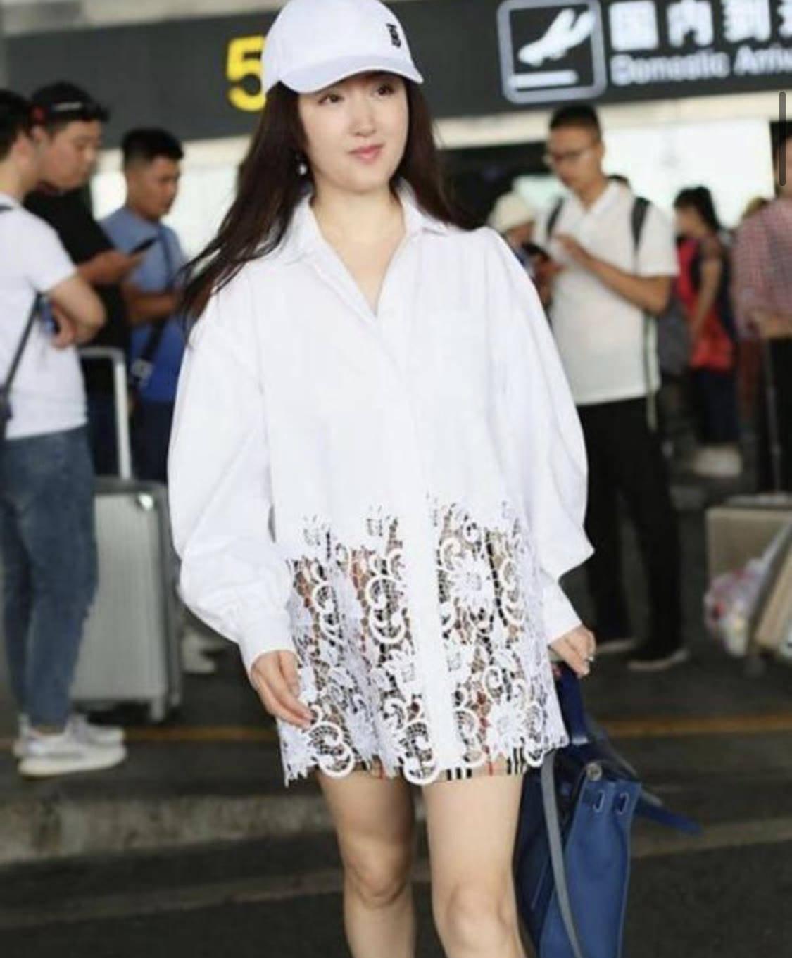 杨钰莹把自己当小姑娘,穿白衬衫下摆还镂空,玩下衣失踪真时髦