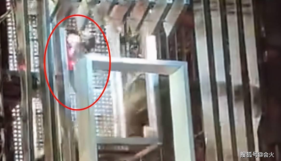 张杰演唱会电梯出意外!重摔在地右手全是血,场面惊心粉丝尖叫图片