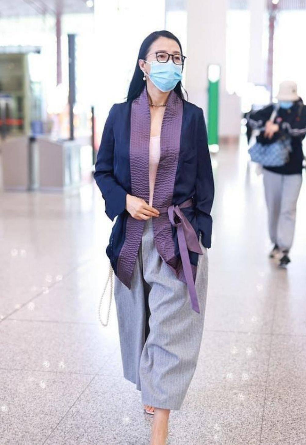 昔日性感的阿朵不再高调,机场穿紫色汉服,更像一位知性女教师