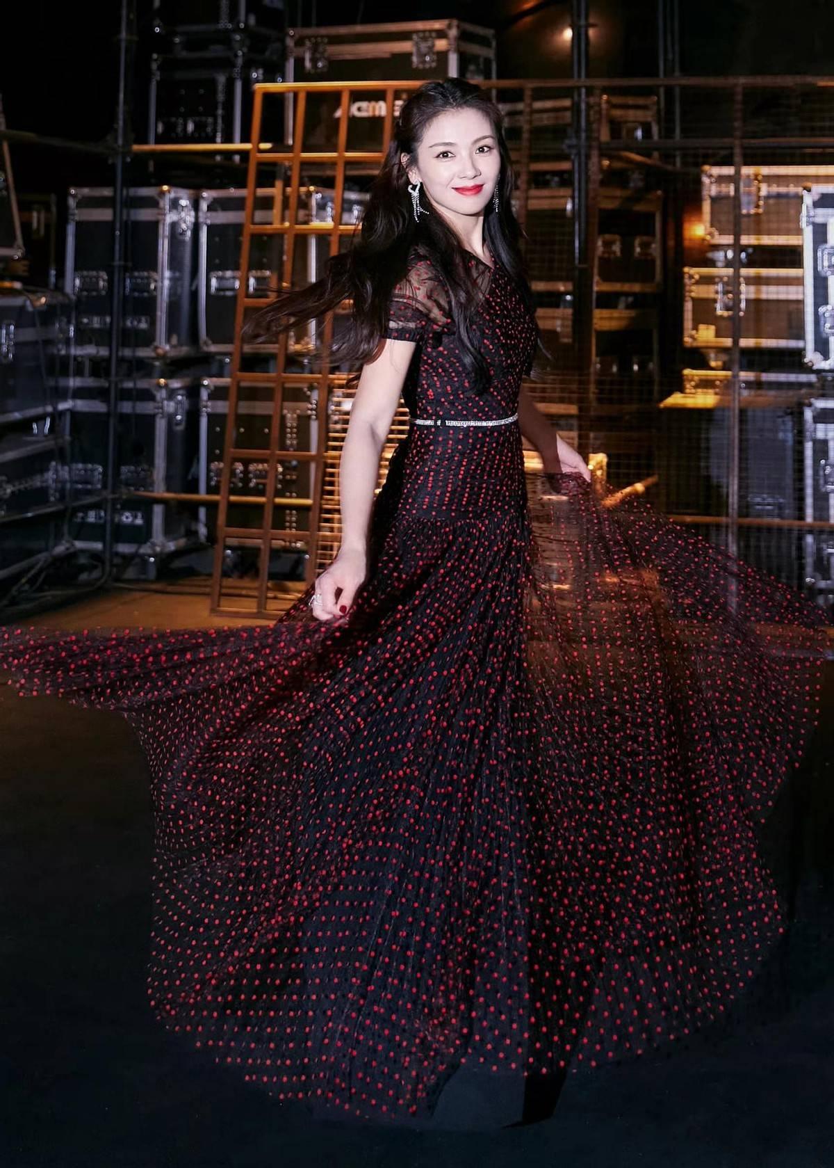 44岁刘涛晒出近照,身穿飘逸长裙十分优雅,其气质宛若20岁少女