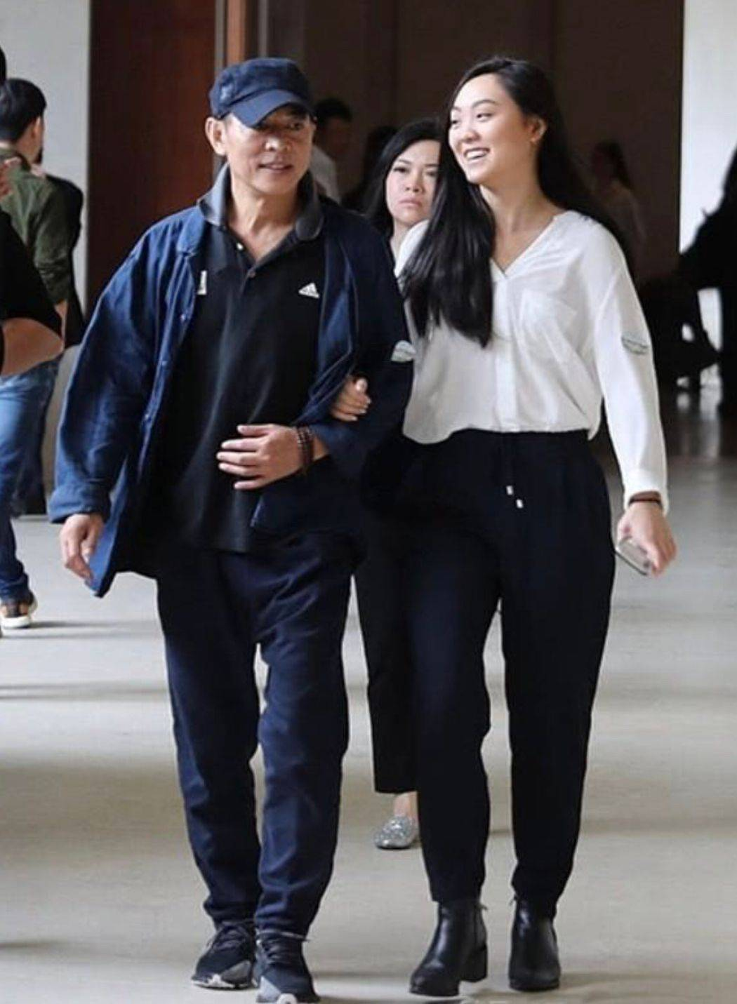 李连杰真老了不少,穿休闲装一脸皱纹,旁边21岁女儿身高也超过他