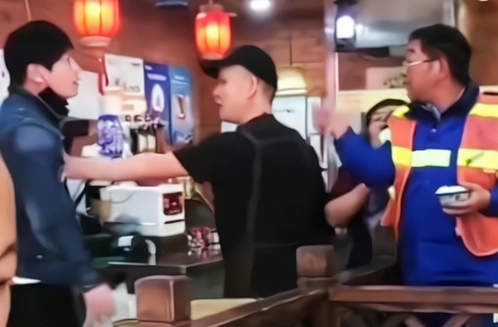 """上海一餐馆写着""""免费加饭"""",环卫工连吃7碗惹怒老板,直接开骂"""