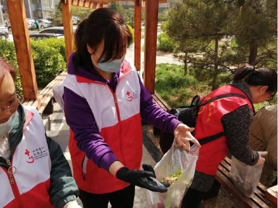 山西红十字情缘志愿服务队联合五龙口社区开展清扫五龙花园环境卫生志愿活动