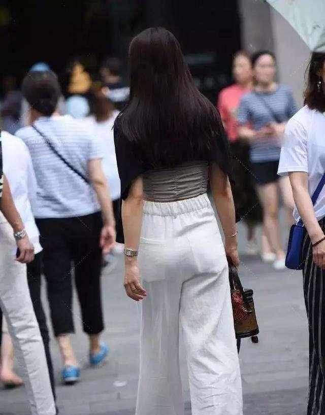 緊繃束腰的打底褲,看上去年輕有活力,格外美麗