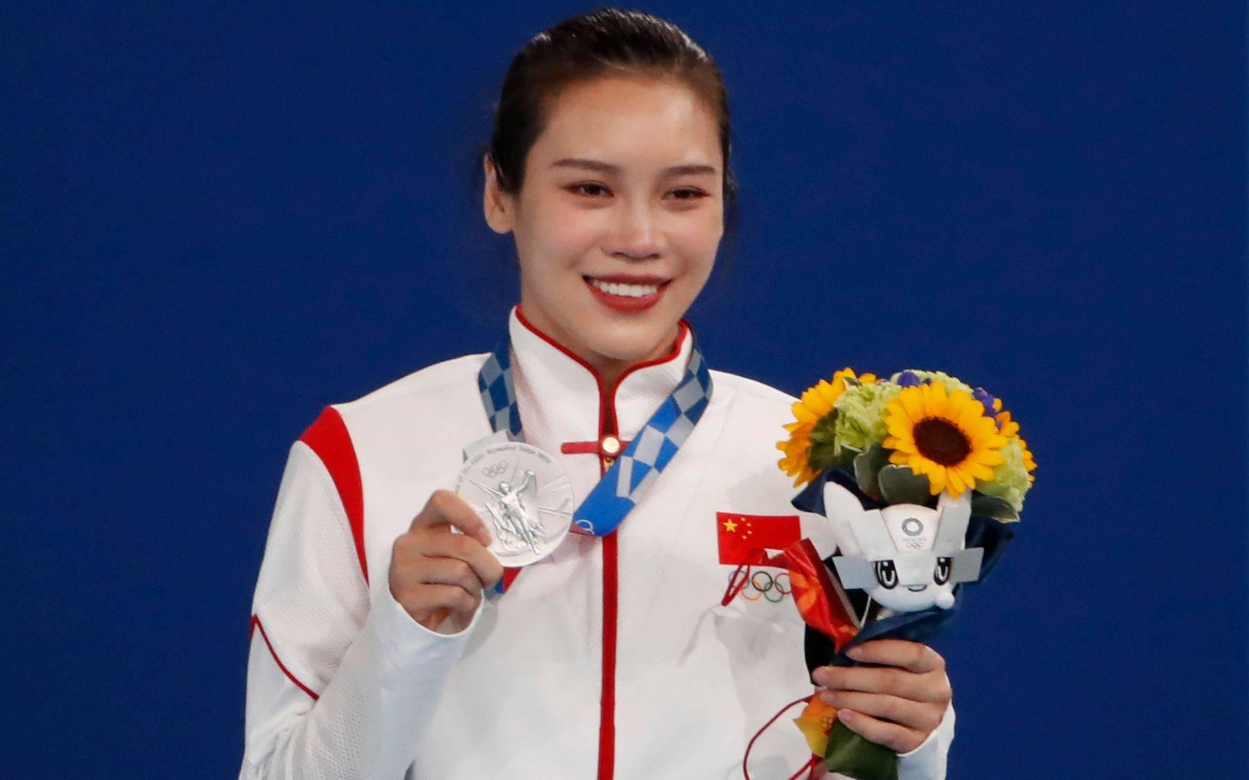 视何雯娜为偶像,新一代蹦床女神刘灵玲闪耀东京ylk