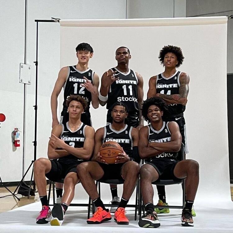 这张照片中,晒出了下赛季将为点燃队效力的6名潜力新星,其中就