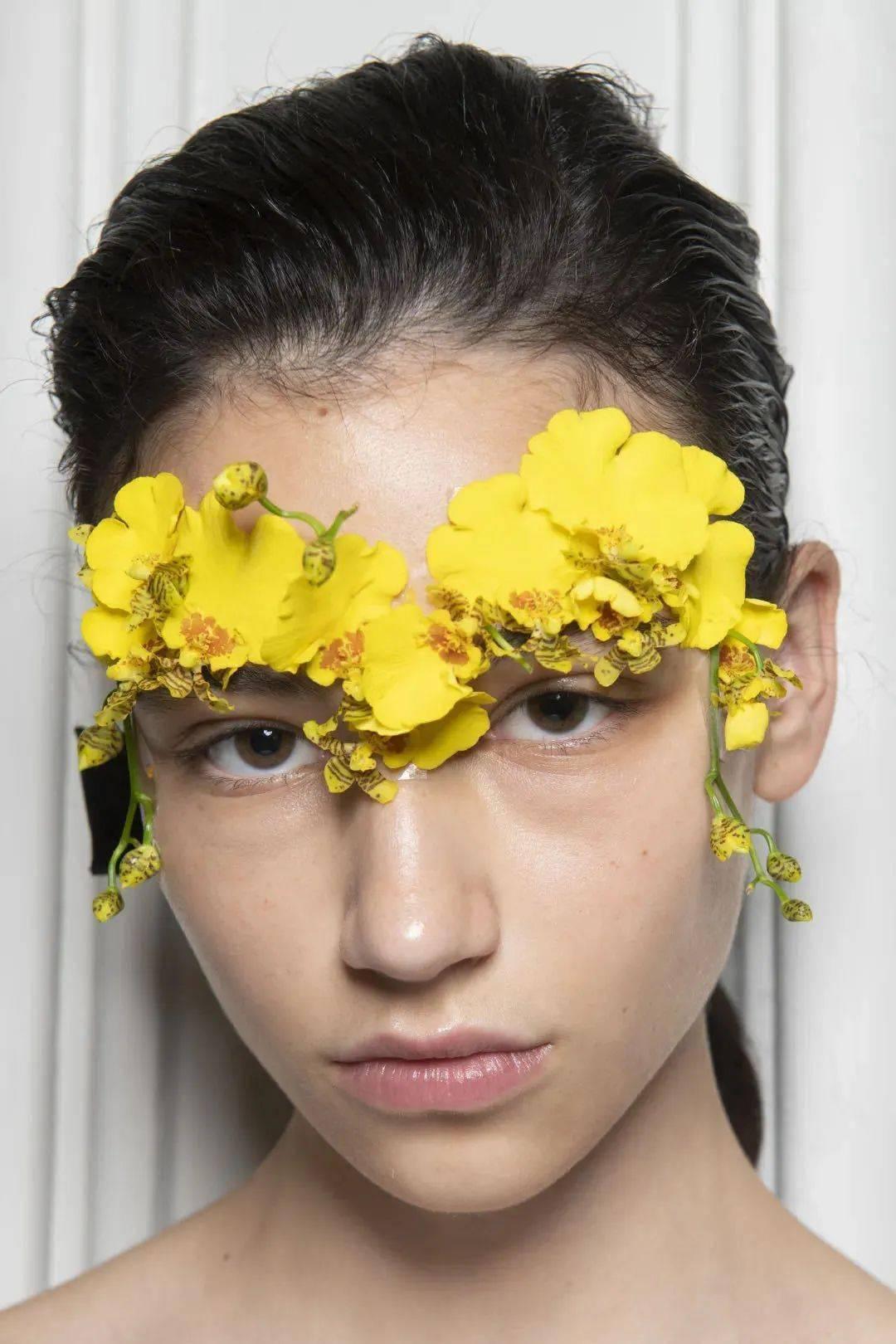 彩妆大师Pat McGrath创造的水钻烟熏眼妆,再次将美学发挥到极致。
