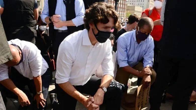 加拿大总理特鲁多参加反歧视运动当众单膝跪地