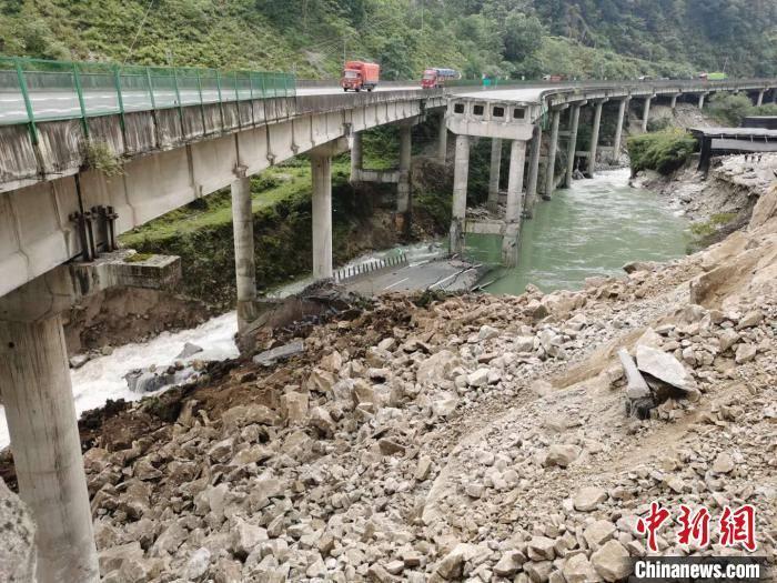 四川雅西高速桥梁被落石砸断:左幅桥梁排危后可实现单幅双向通行