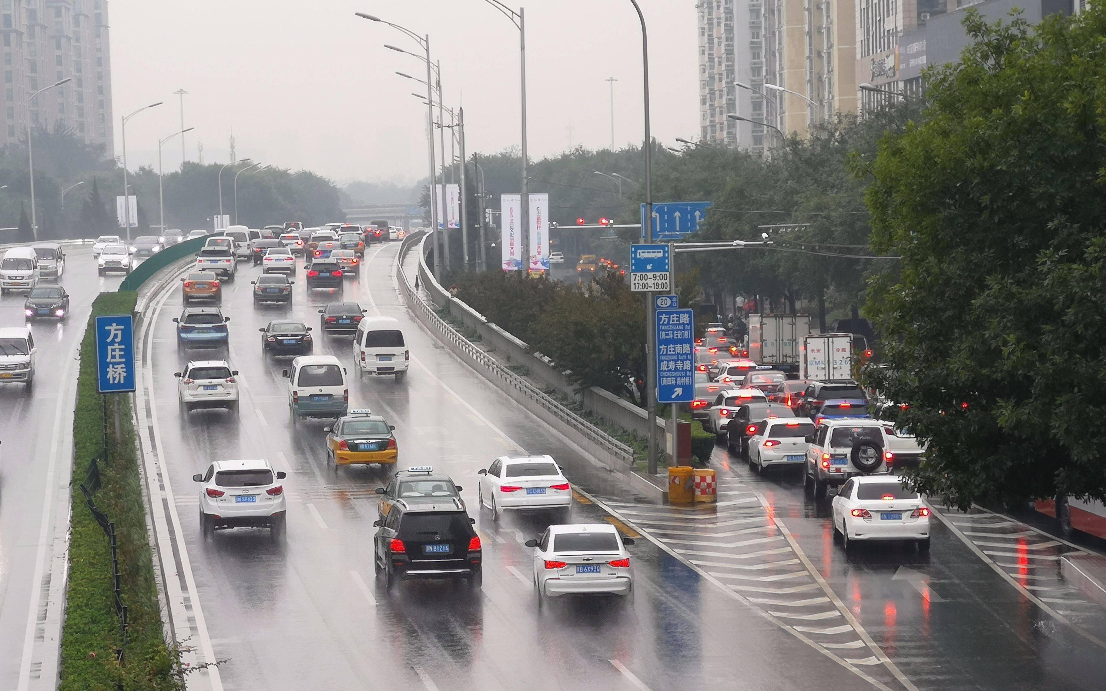 北京今日迎首场秋雨 有乘客早高峰打车要排队等50人