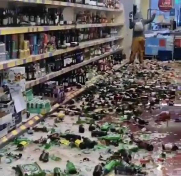英国一女子超市内一个接一个地摔酒瓶 砸碎数百瓶酒
