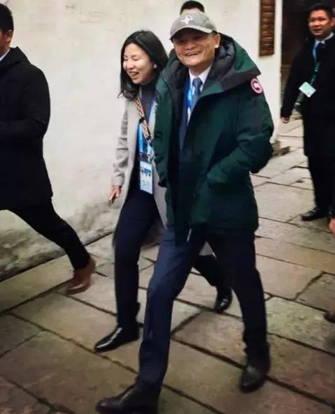 """""""加拿大鹅卖断货""""上热搜!上海还真的有一堆人在排队!羽绒服鄙视链 侬晓得伐?-家庭网"""