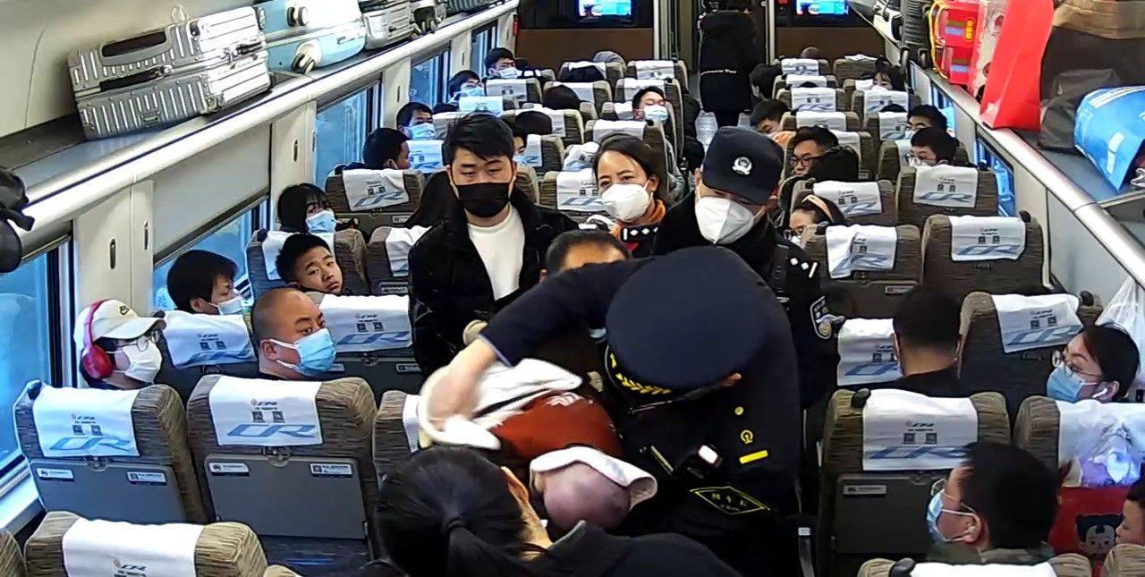 婴儿高铁上被噎窒息,众人联合救援化险为夷