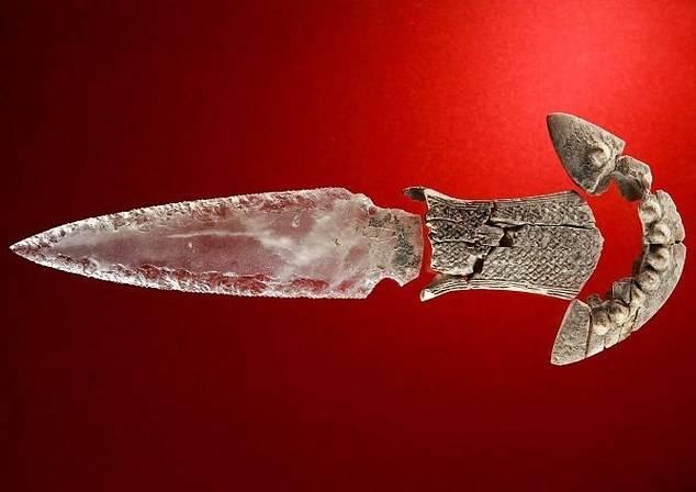 """西班牙巨石墓穴惊现五千年前水晶匕首,或用于""""获取魔力"""""""