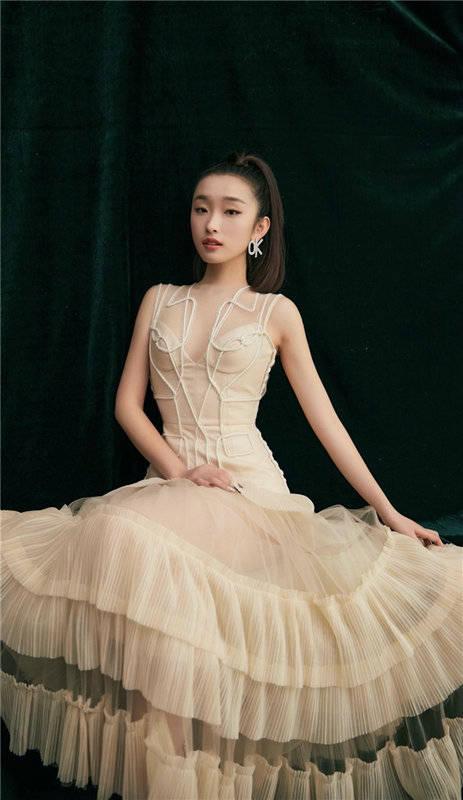 网剧《我爱你》热播 薛卉葳金色长裙写真气质优雅出众