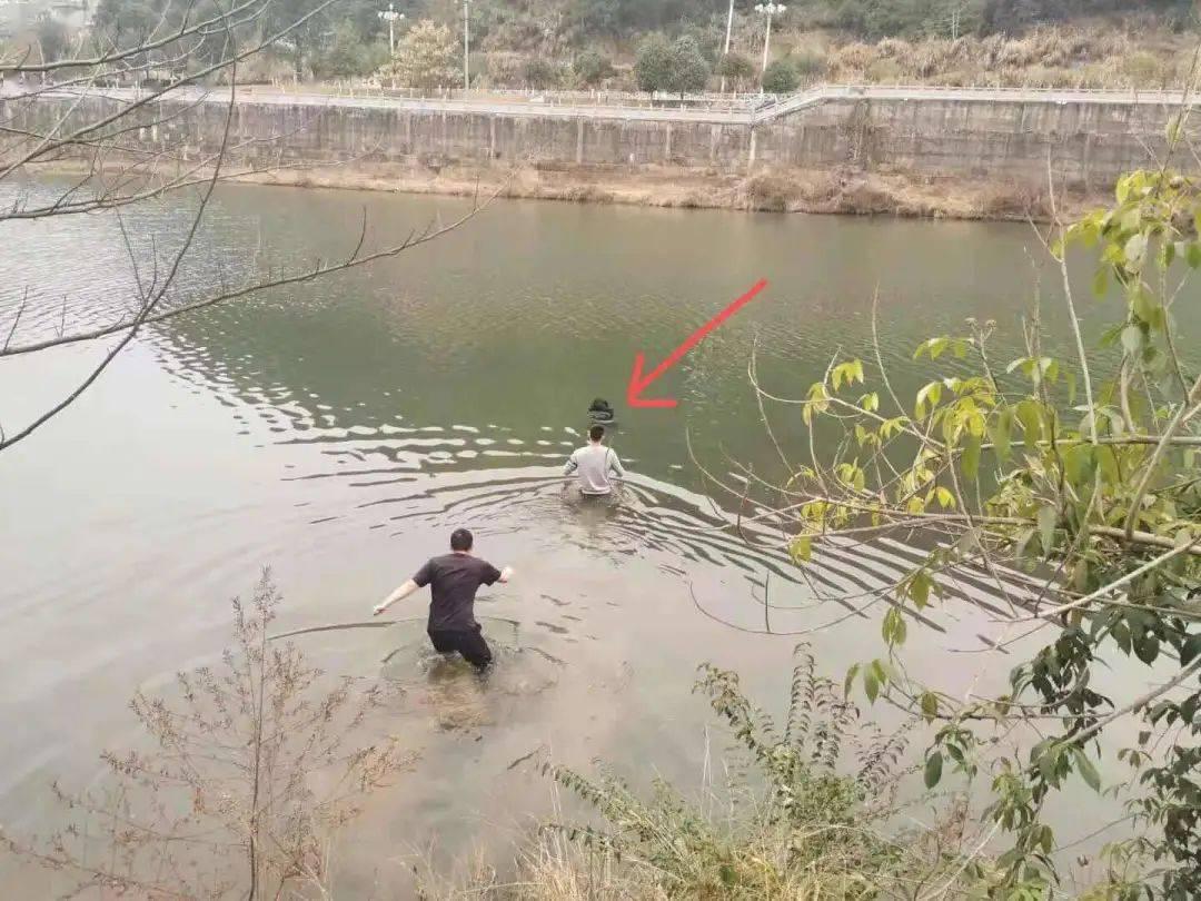 三明刘清一个学生掉进水里了!警察