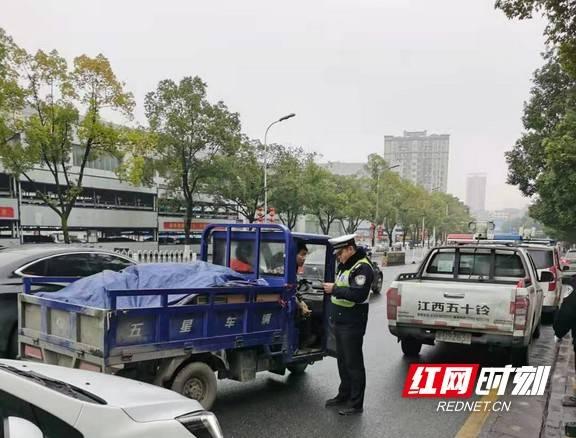 吉首交警开展摩托车、电动车整治行动 查处违法行为59起