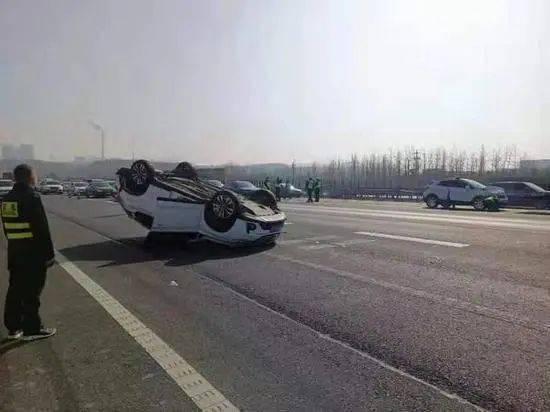 河南发生一起追尾事故,一辆白色轿车翻车,两车司乘人员受伤!