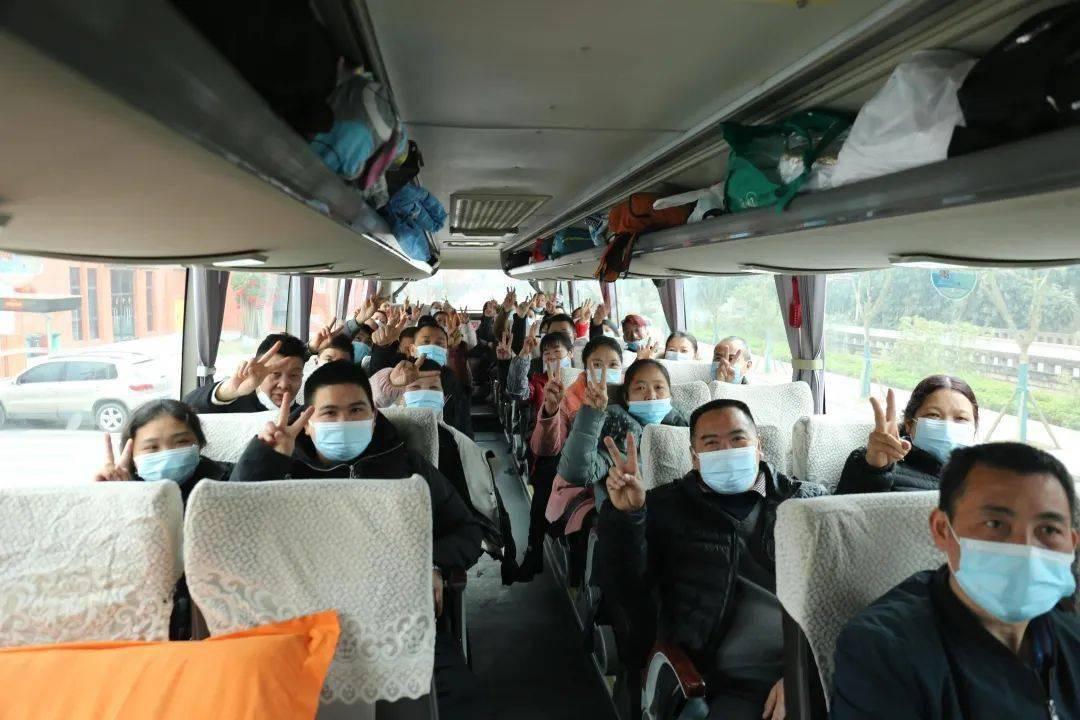 """【四川交通】带着""""大礼包""""直达工厂!四川农民工返岗专车发出"""