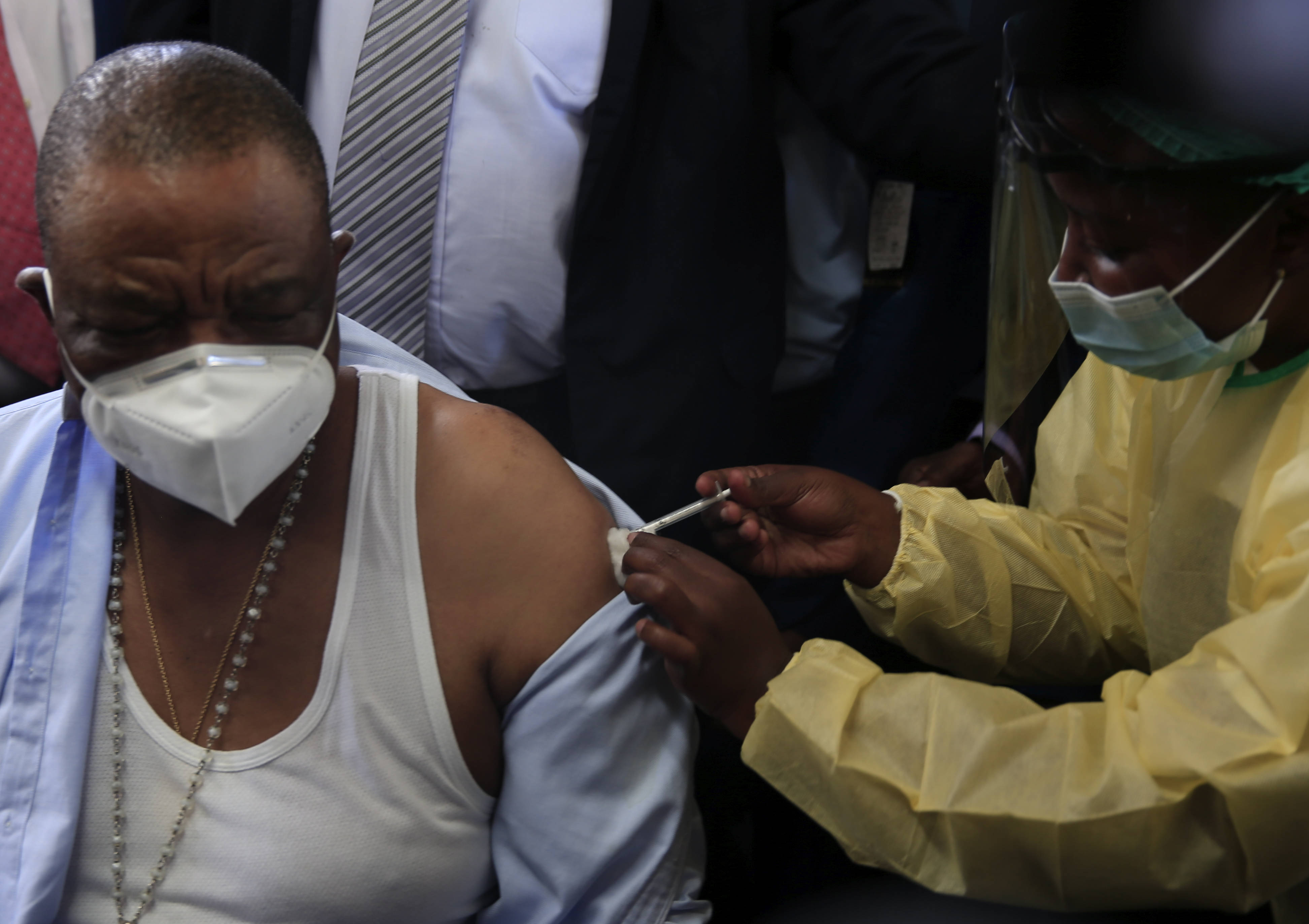 津巴布韦开始接种中国疫苗 副总统奇温加率先接种