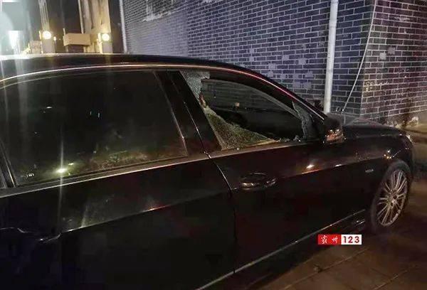 霸州足疗店门前的奔驰豪车被砸,丢了一把宝马车钥匙