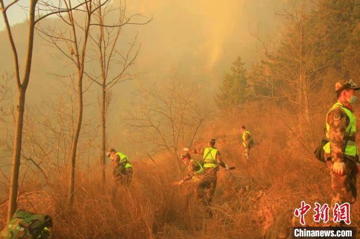 河南辉县森林火灾:武警官兵奋战12小时 仍在扑救中