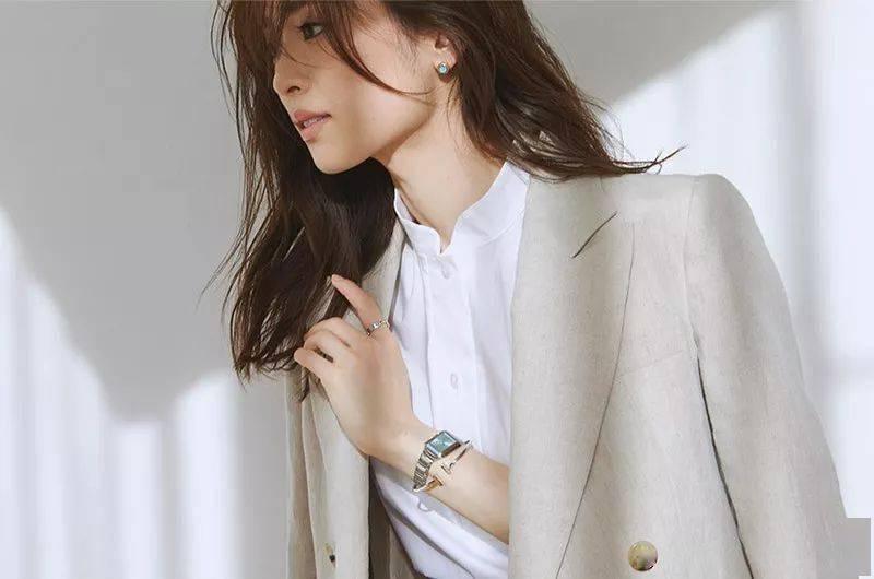 怎么把简单的衣服穿出时髦感?