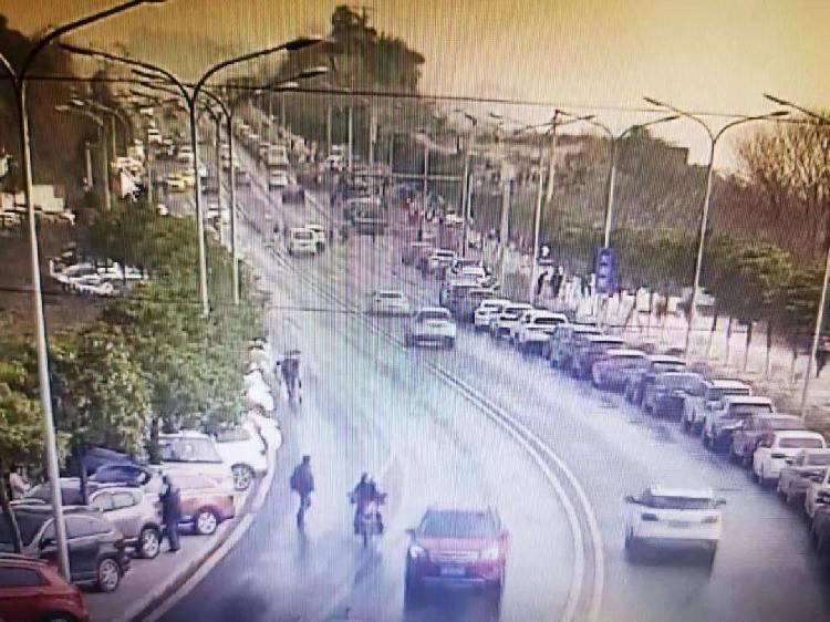 今天牛栏坝持续火爆!市民可沿大滨路单排停车,还有这些提醒必看