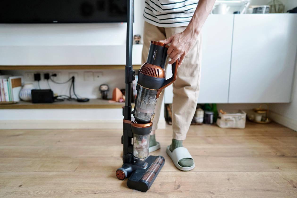 家务互相甩锅,纷争不断 莱克立式吸尘器M12MAX来化解矛盾