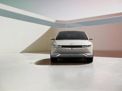 电动汽车爱奥尼亚克(爱尼库)5在世界上第一次展示现代汽车电气化之旅中迈出了第一步