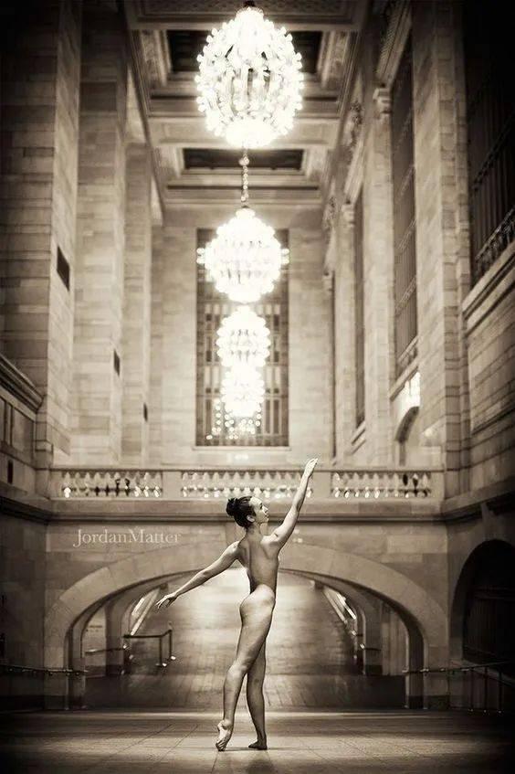 一群芭蕾舞演員,深夜街頭全裸現場太美了,絲毫看不出色情!