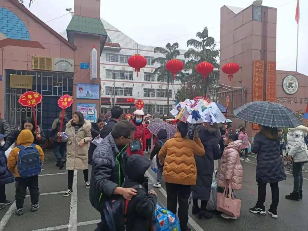 排到路边!三江实验学校报名现场图片曝光!