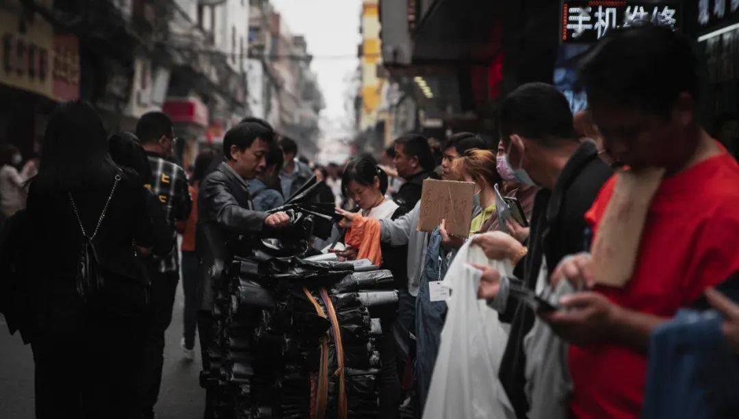 老板在等工人选择!广州服装村:订单多,工人少,老板有点烦