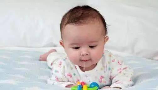 宝宝下巴、脖子反反复复发红、起疹子,其实妈妈常常会忽略了一件事!