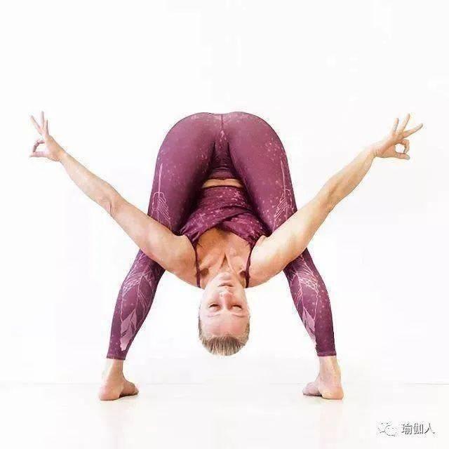 这是一组有态度的瑜伽体式,满足你对瑜伽的所有幻想