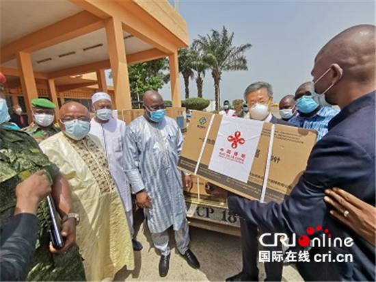 (供在线)中国援助几内亚新冠疫苗运抵科纳克里