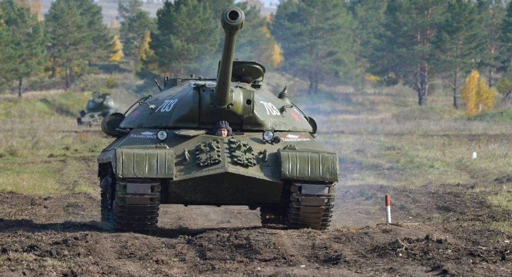 俄军将二战重型坦克从展示基座上拆