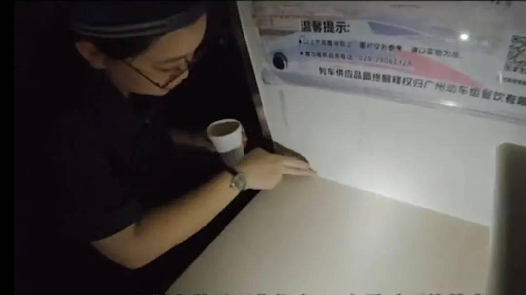 """巧手姑娘為動車組車廂""""補妝"""""""