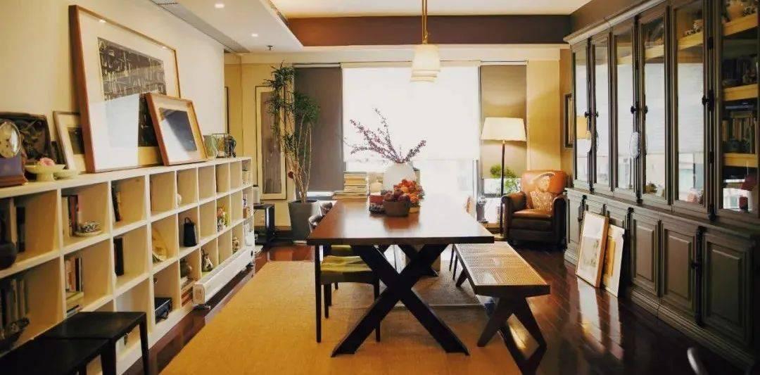 這個3490㎡的公寓,裝下了1500本書和女作家的居住夢想