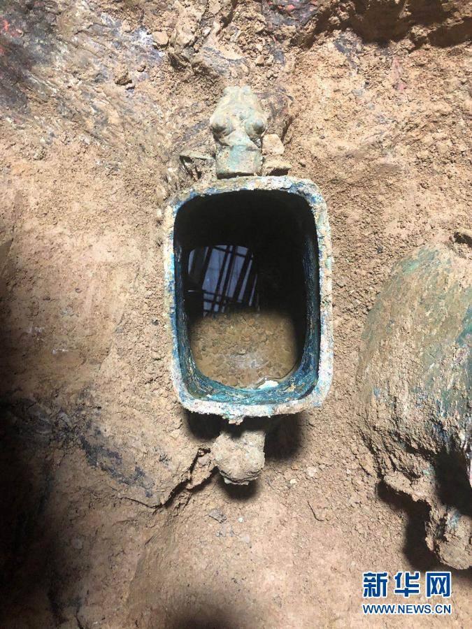 科技人员确认山大西北白鹅公墓铜壶内配有水果酒遗址