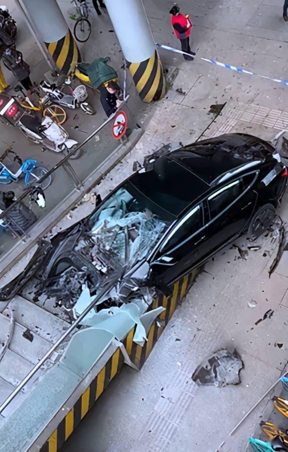 成都建设路一辆特斯拉失控冲上人行道,驾驶员已被交警带走