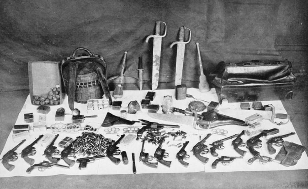 """20世纪20年代,警察突袭""""协胜堂""""缴获的各种武器。"""