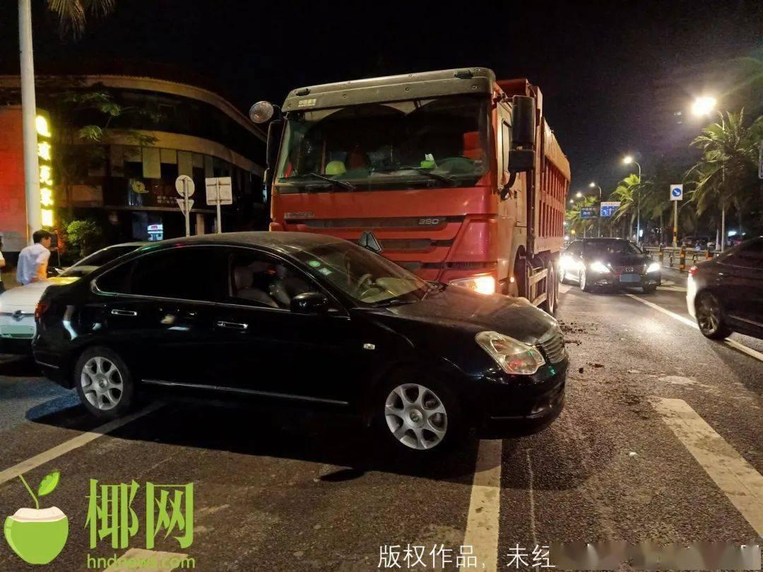 【现场视频】海口深夜突发!货车撞轿车,司机这样说……