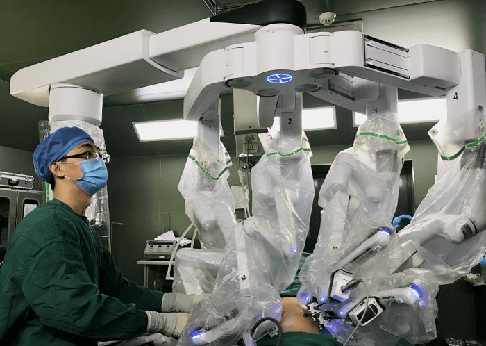 """医生联手""""达芬奇""""手术机器人 一次性解决子宫和肥胖问题"""