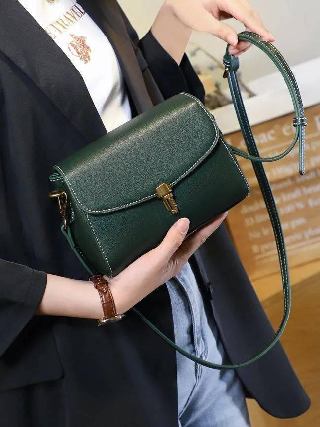 不退流行的简约真皮小包,轻盈实用,质感高级