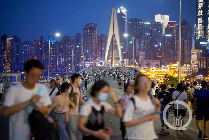 """千厮门大桥再次""""封桥""""迎客 游人步行上桥打卡拍照"""